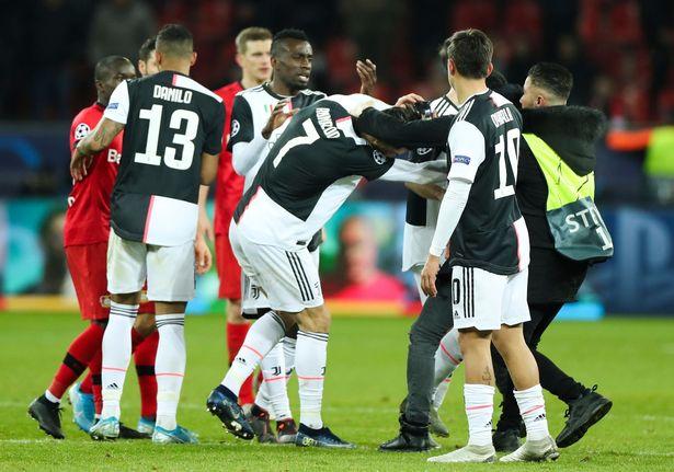 险遭入场球迷抓伤,外媒解读C罗斥责球迷:疯了吧你