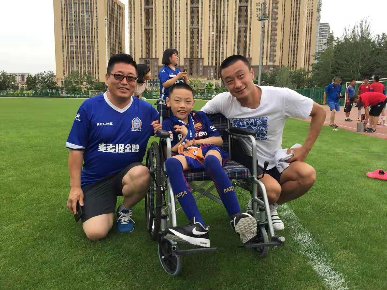 专访小球迷董杨:即使无法行走,也无法阻止我爱上足球