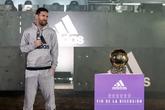 多图流:梅西携第六座金球奖杯参加阿