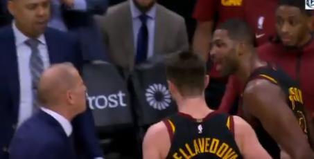【影片】什麼情況?主教練不滿TT搶籃板態度,暫停時兩人場邊發生激烈爭吵!