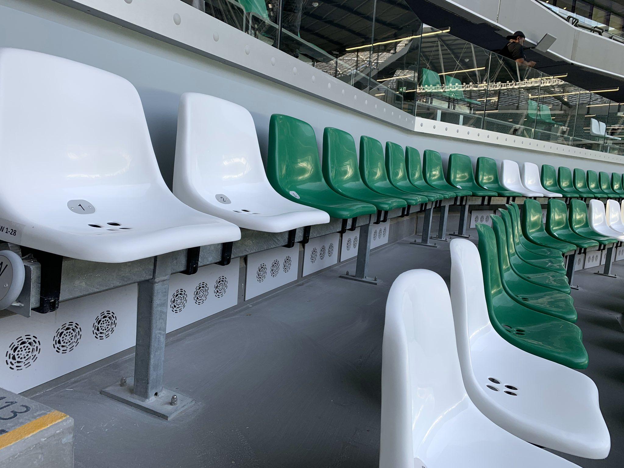 二图流:世界杯临近,卡塔尔球场内的空调座椅正在安装