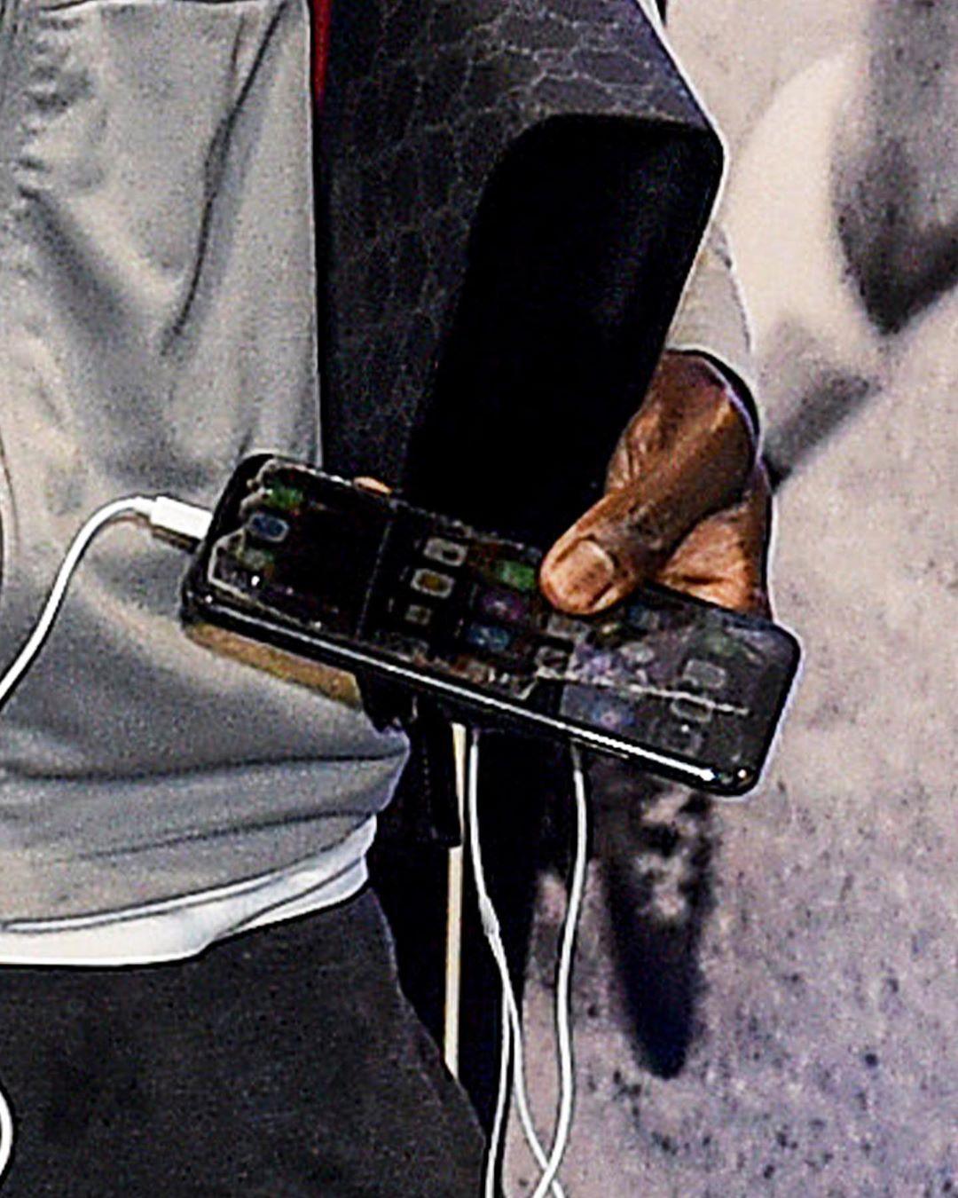 勤俭持家!马内的手机贴膜都破啦,有天桥贴膜的嘛