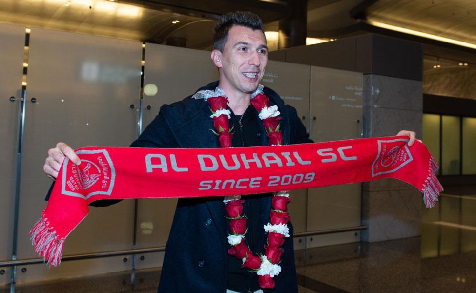 一图流 :曼朱基奇抵达卡塔尔,手持杜海勒体育围巾
