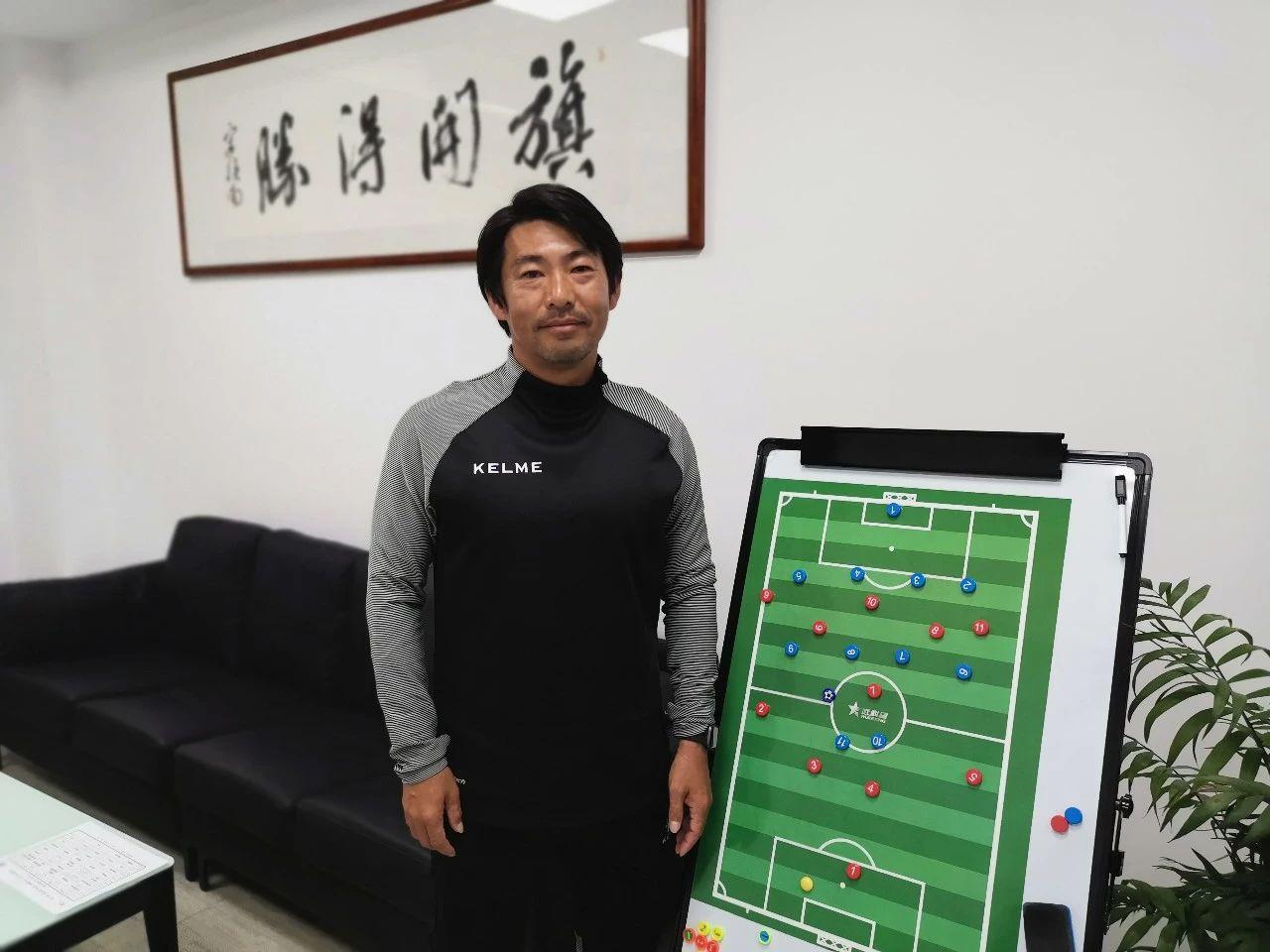 日本教练批中国青训:小孩踢球卧草,说明有大人这么教