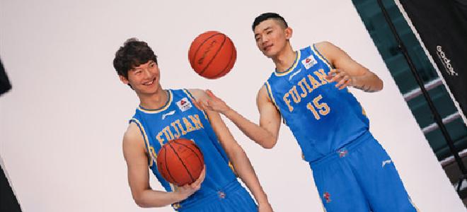 本土双核!王哲林、陈林坚半场合砍35分10篮板