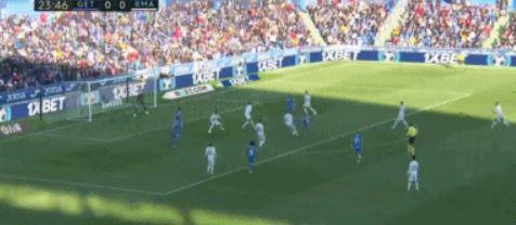 GIF:马克西莫维奇凌空抽射,库尔图瓦飞身扑救将球扑出