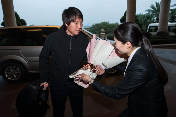 多图流:国脚陆续抵达广州,李铁最后一个抵达酒店