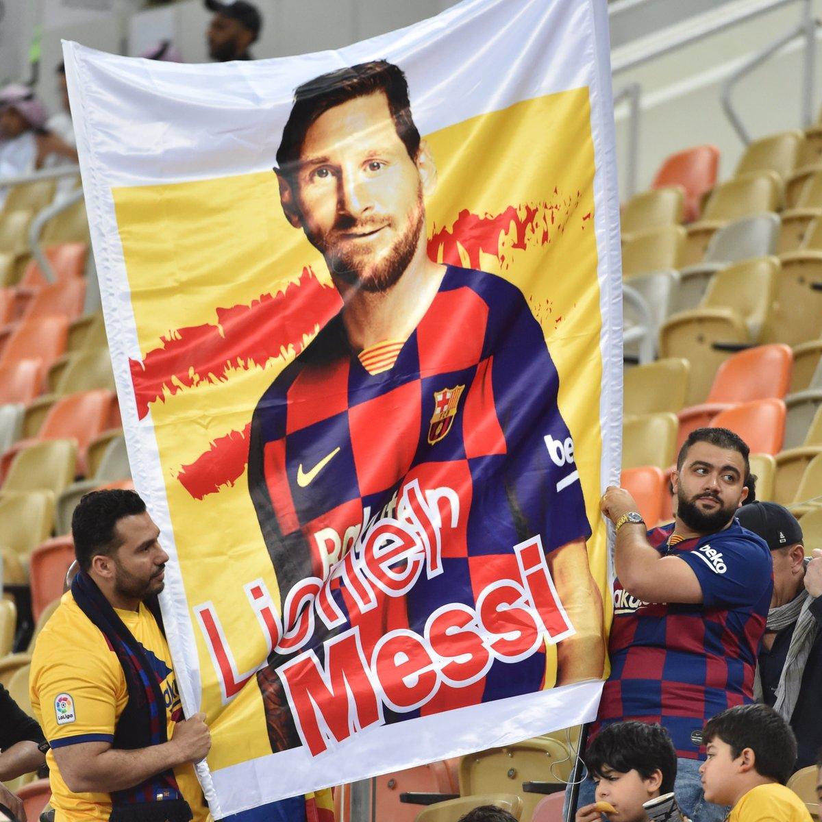 球迷无处不在!一图流:沙特巴萨球迷高举梅西宣传画