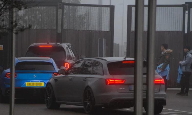 不识货,斯通斯驾驶新车前往训练基地,被保安拦在门外