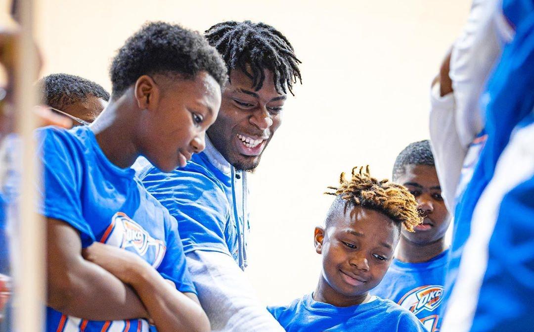 众尔特参与雷霆青少年篮球训练营举走的慈善运动