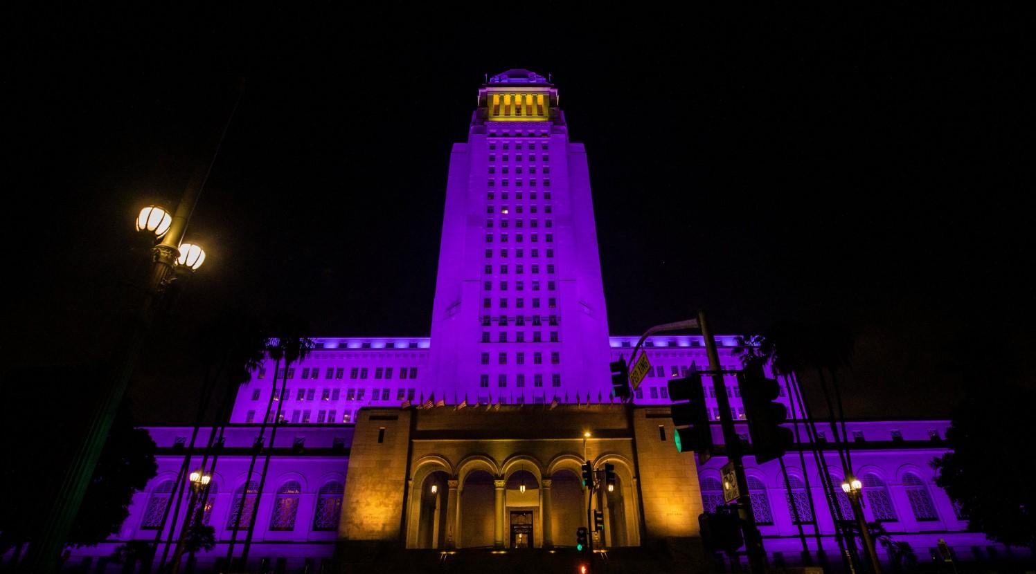 洛杉矶市政厅从当地时间8时24分首点亮紫金灯火缅怀科比