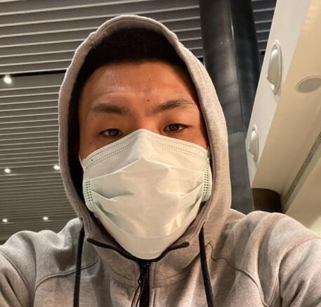 王大雷Ins晒带口罩自拍,将与鲁能在迪拜会合