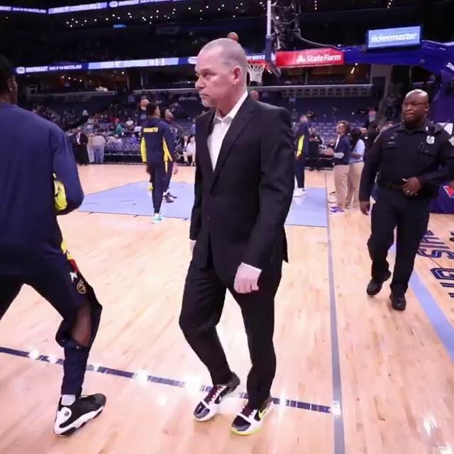 掘金主教练迈克尔-马龙在今日比赛中身穿科比球鞋执教