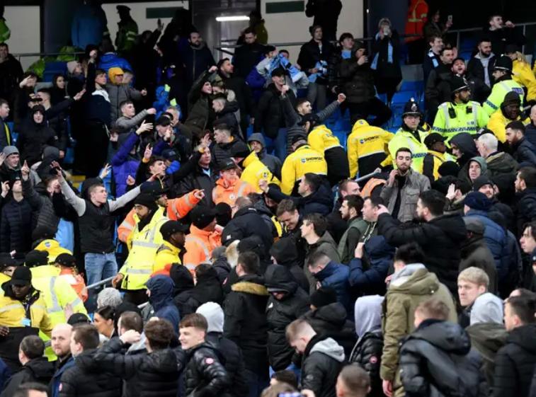 独立报:德比战两队球迷爆发冲突,曼城和曼联都可能受罚