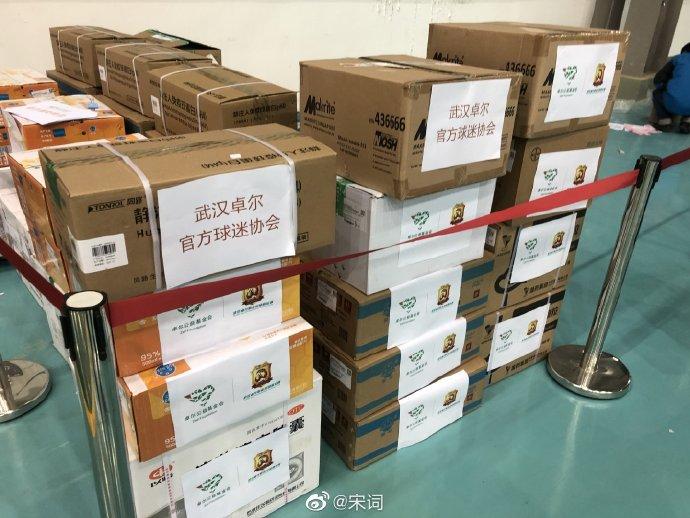 辛勤了!卓尔总经理和做事人员连夜将物资送去武汉医院