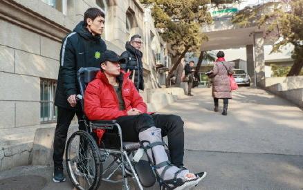 北青:张玉宁提前赴荷兰康复治疗,预计6周后可正常走路