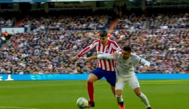 GIF:点球?莫拉塔与卡塞米罗接触后倒地,裁判未判罚
