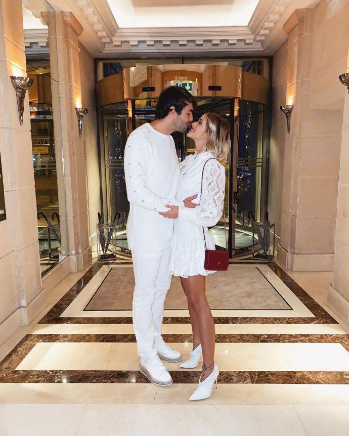 卡卡携妻子参添内马尔生日会,白色装扮搭配宴会主色调