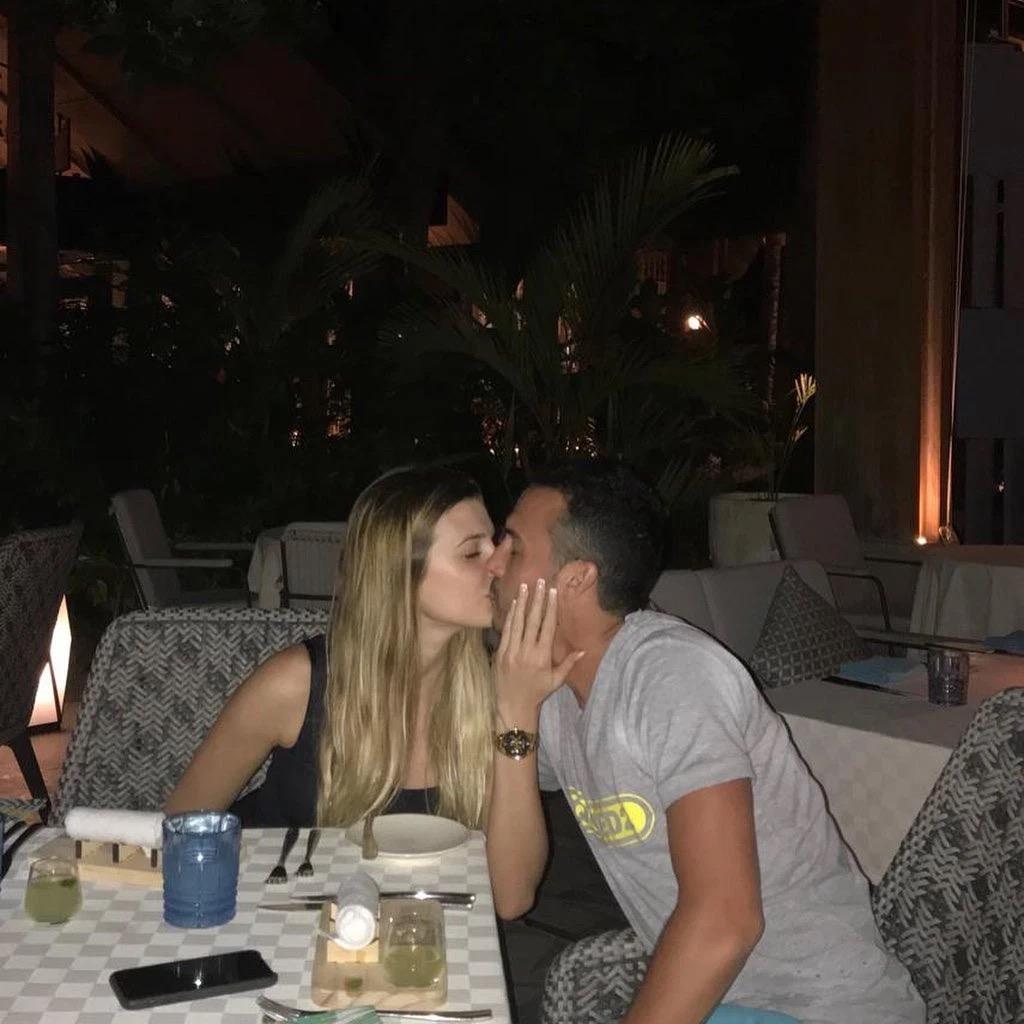 佩德罗度假期间与一位金发女郎约会,Ins晒两人热吻照