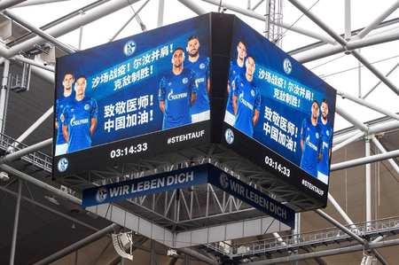 暖心!本轮德甲联赛多支球队在主场用广告牌为中国加油