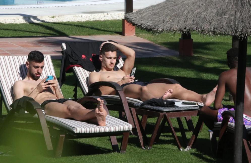 惬意放松,曼联球员在西班牙训练后享受阳光沐浴