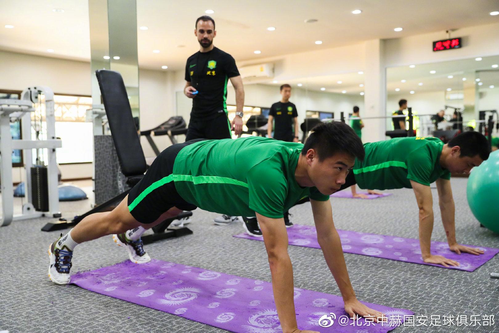 新京报:国安驻地环境良好,不少队员主动去健身房加练