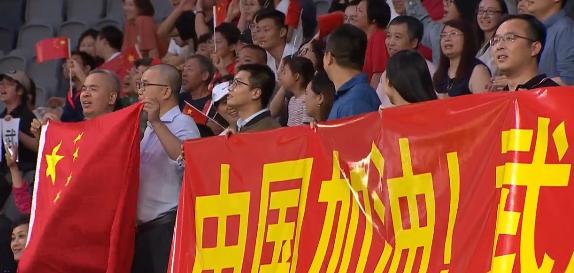 """nba2k14下载 GIF:中国球迷看台打出""""中国加油,武汉加油""""横幅"""