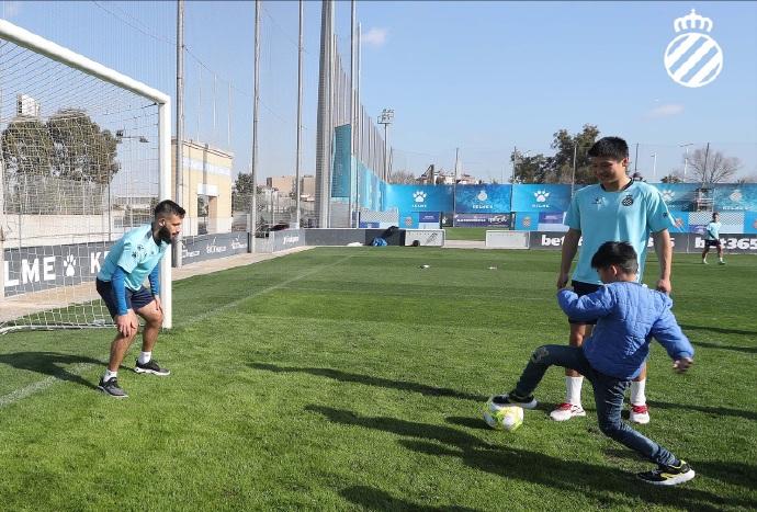 有爱!西班牙人球员们陪身患癌症的儿童踢球共度美好时光