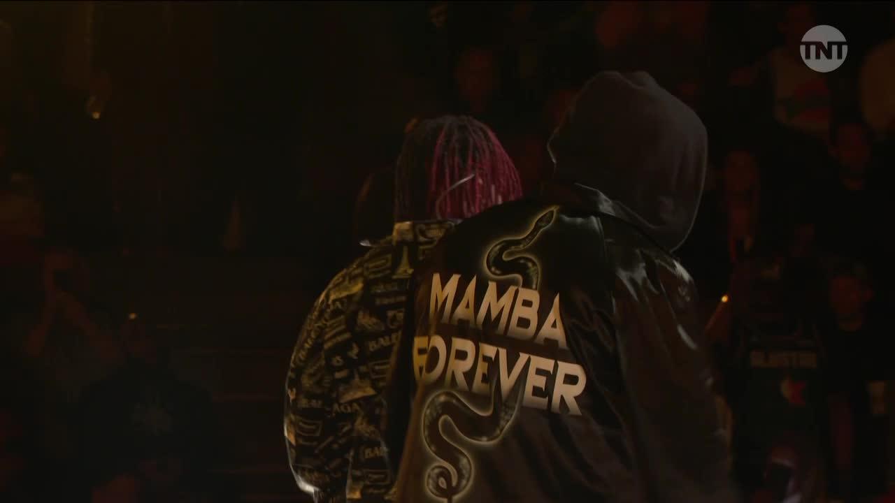 利拉德身穿致敬科比-布莱恩特的外套参加中场表演