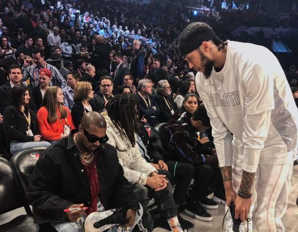 英格拉姆在场边找到Kanye West并在最新款球鞋上得到签名