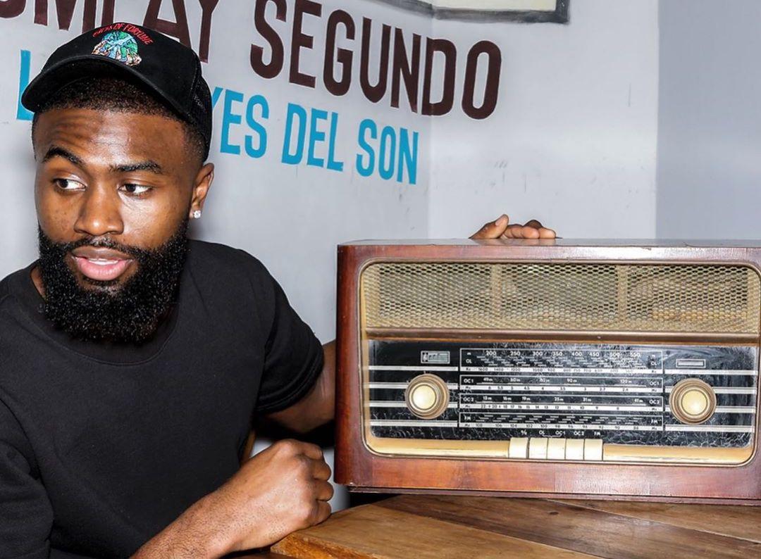 陈年古董,杰伦-布朗晒老式复古收音机:谁想要一台?