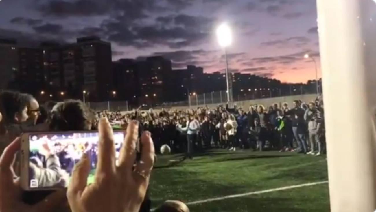 马德里市长为球场剪彩,主罚点球砸到场边小朋友身上入网