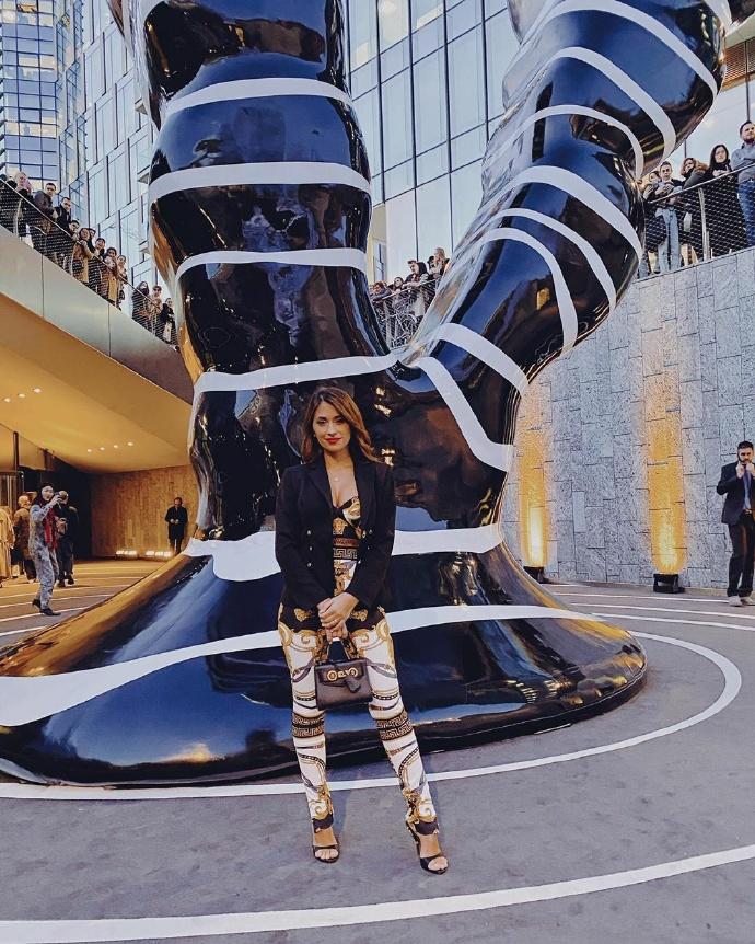 美!安东内拉出席活动晒照,黑金白裤装勾勒姣好身材