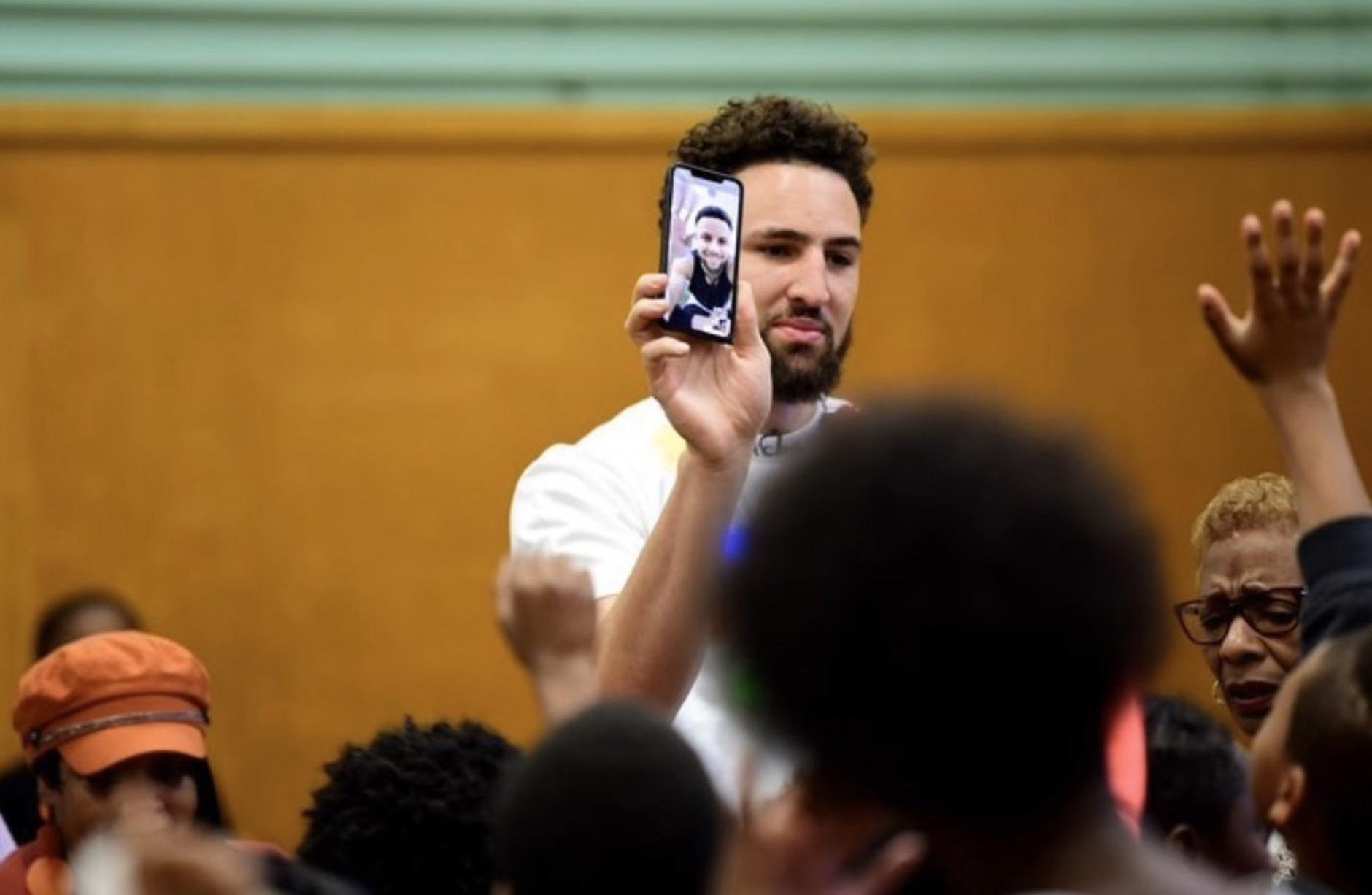 听说你用翻盖手机?记者晒汤普森与库里facetime铁证
