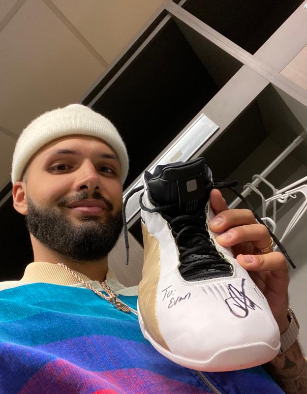 富尼耶晒卡特送给自己的球鞋:来自传奇球员的绝佳礼物