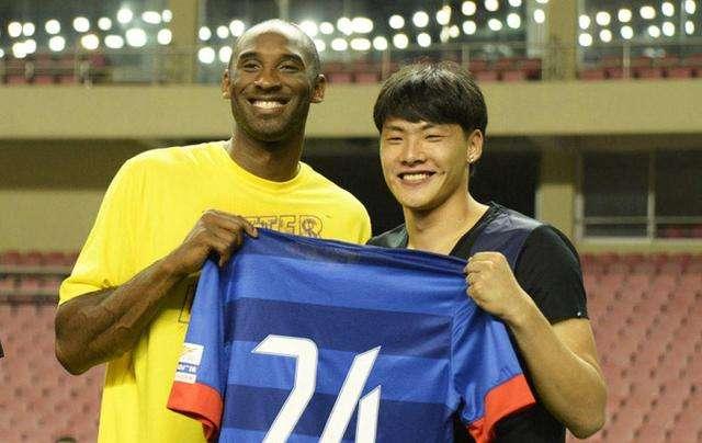 一图流:悼念偶像,王大雷晒科比签名球衣及照片