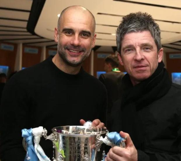 铁杆球迷!绿洲成员Noel与曼城将士庆祝联赛杯三连冠