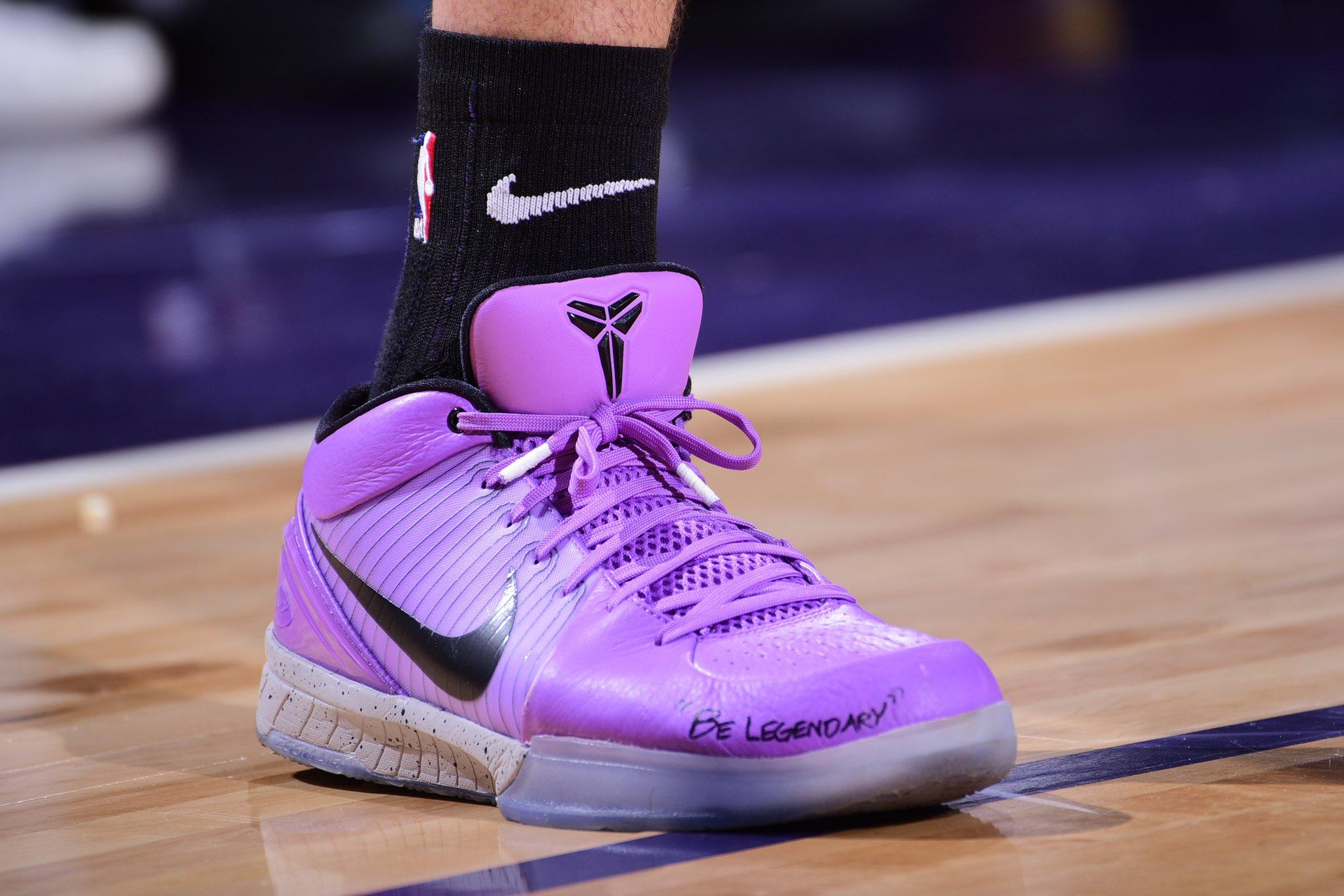"""布克今日上脚写着""""成为传奇""""的科比4代战靴"""
