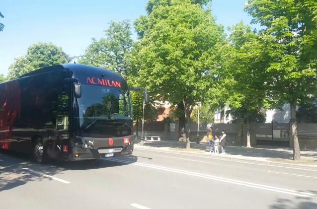 意媒:米兰全队启程前往圣西罗,比赛是否按时进行待定