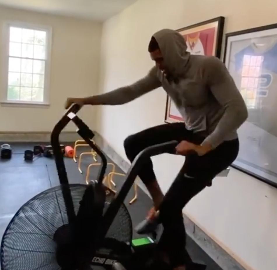 托拜厄斯-哈里斯更新Ins晒在家中踩单车训练视频