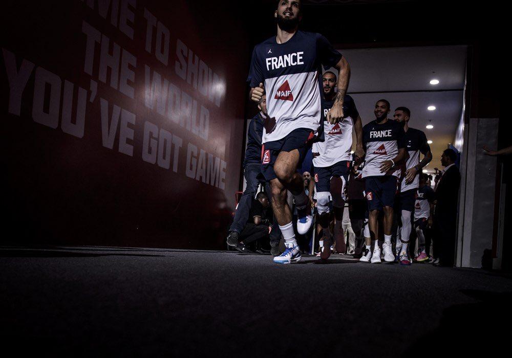富尼耶晒去年篮球世界杯击败美国男篮赛前入场照