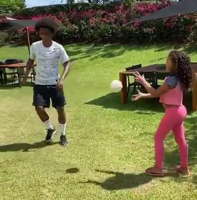 父女一起来!威廉分享动态,和女儿在后花园练足球