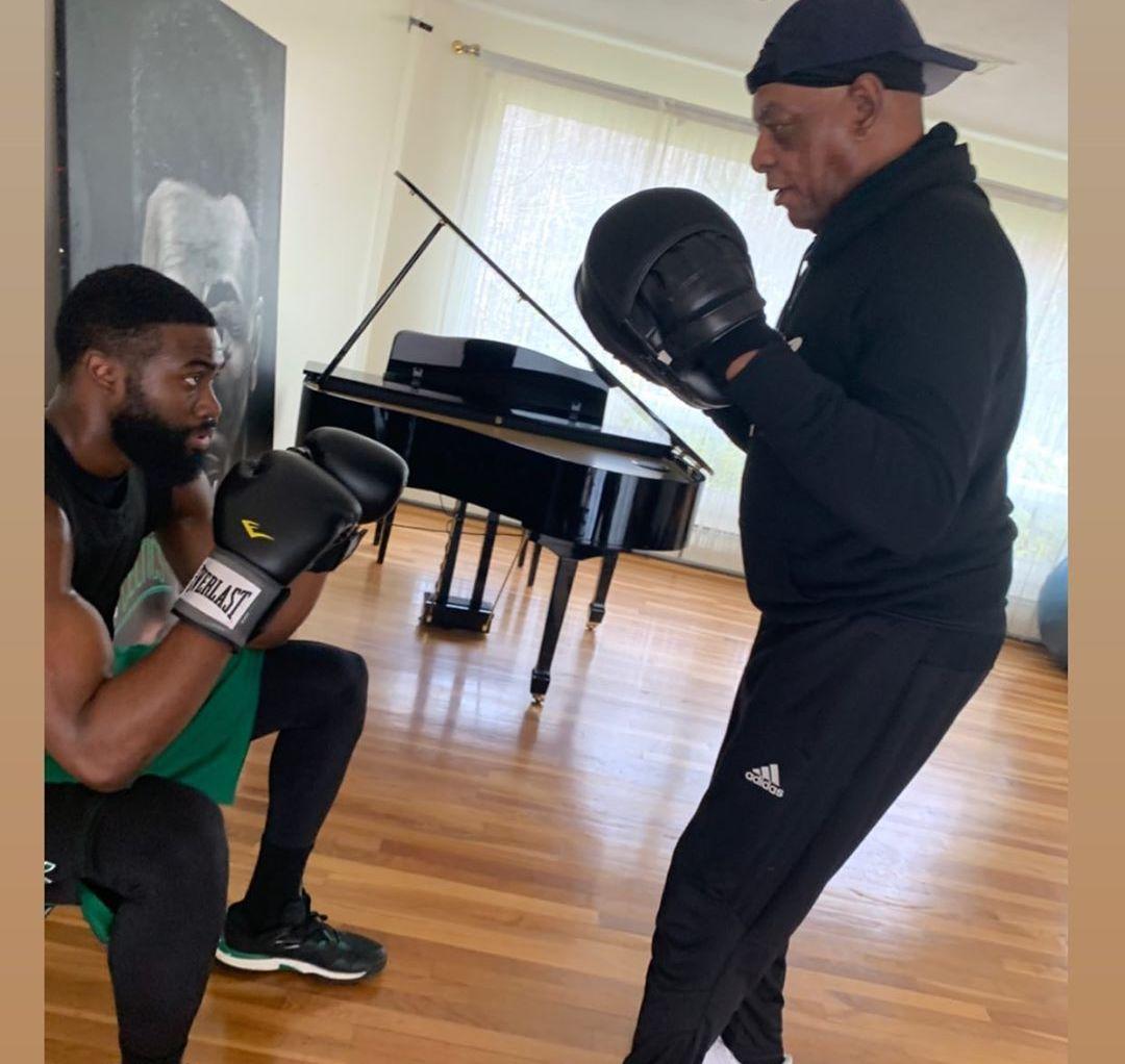在家打拳,杰伦-布朗社交媒体发布自己练拳击的图片