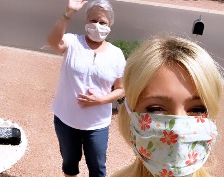 难掩美貌!艾比-霍纳塞克和奶奶戴着口罩,出门散步