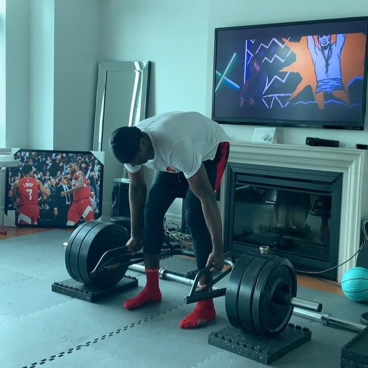 肌肉锻炼,伊巴卡发布自己在家中力量训练的图片