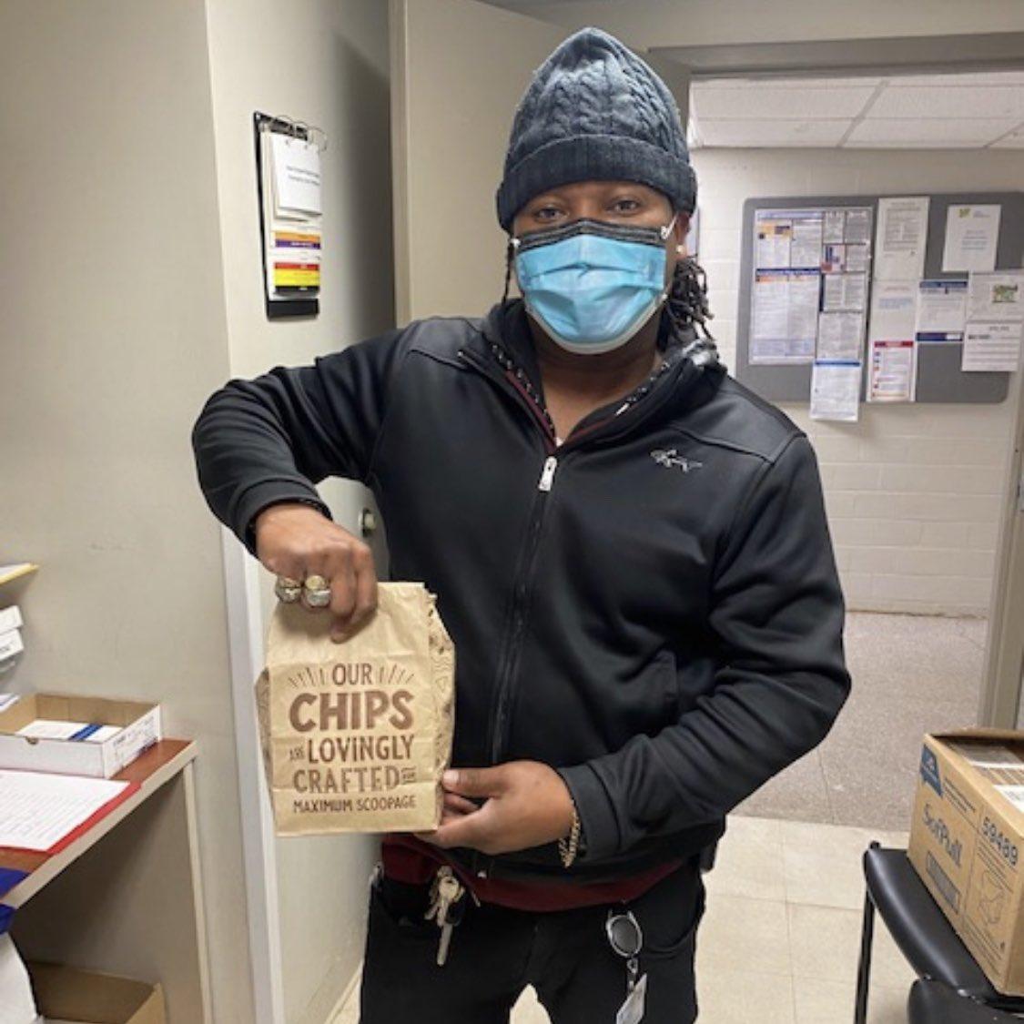 卡雷娜-凯尔特人新秀兰福德为当地医院医护工作者捐赠食物