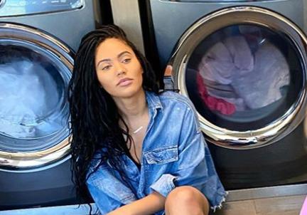 居家生活!库里妻子阿耶莎晒与女儿在洗衣机边的照片
