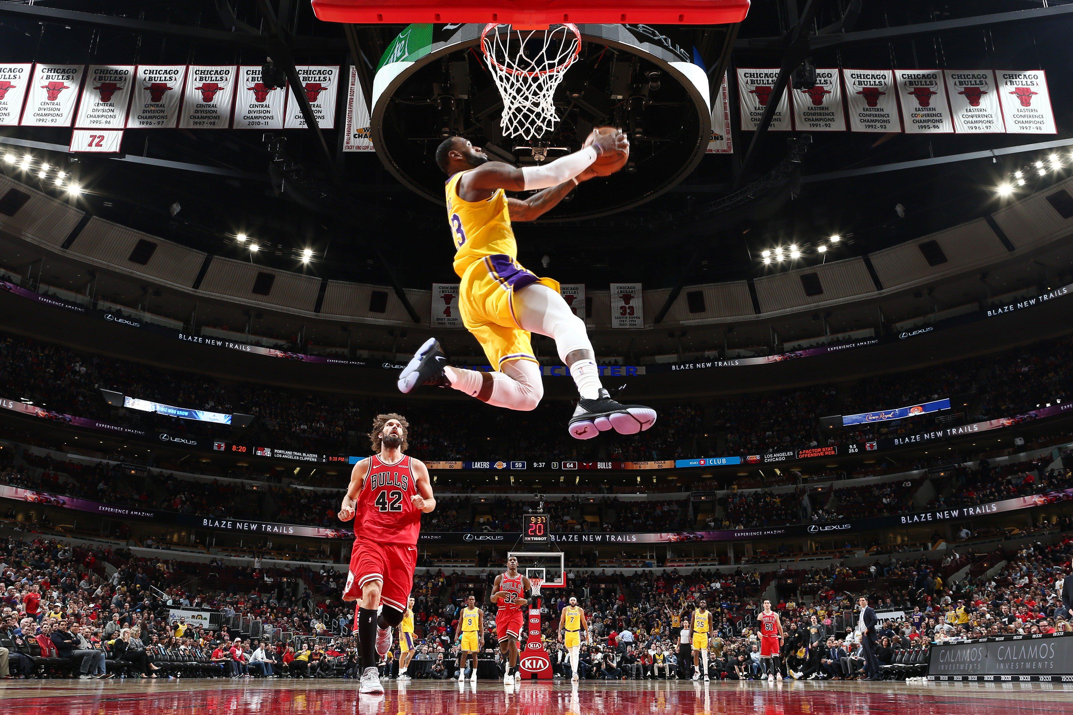 你喜欢哪一款?NBA官方发布詹姆斯风车背扣集锦