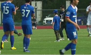 GIF:赛前双方队员入场,申花向援鄂医生代表致敬