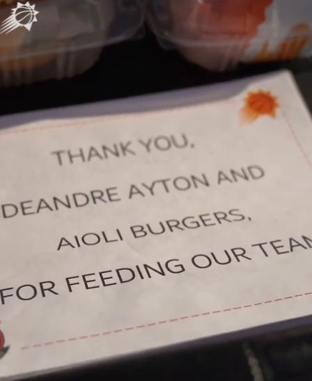 艾顿为菲尼克斯当地医院医护工作者及工作人员捐赠食物